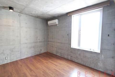寝室もコンクリート打ちっ放し