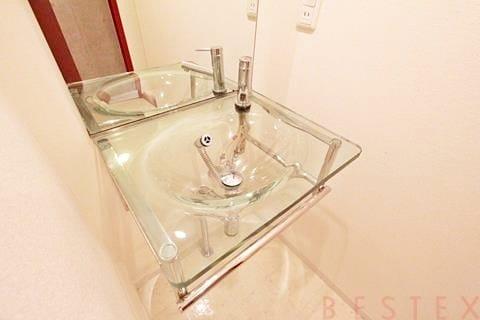 ガラスの独立洗面台
