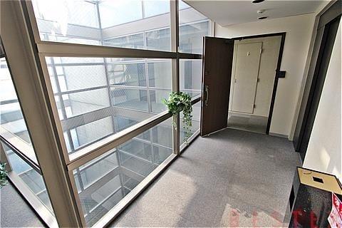ガラス張り内廊下