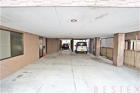 1階はエントランス、駐車場